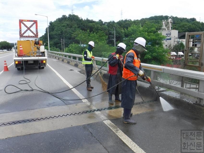 [크기변환]시, 교량 등 도로시설물 배수로 일제 정비 추진 (1).JPG