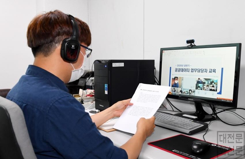 [크기변환]6.24 보도자료사진(중구, 온라인 영상회의와 교육을 위한 장비 보급)..jpg