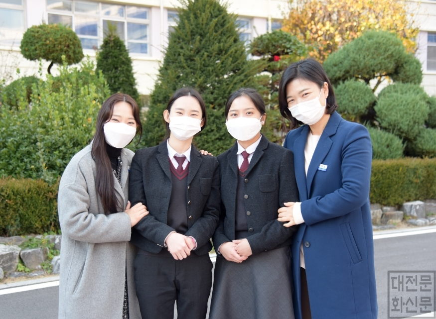 (대전여자상업고)건강보험공단 합격자와 지도교사.JPG