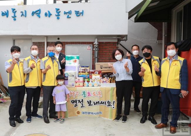 [크기변환]20210916 이종호 의원 추석맞이 사회복지시설 위문품 전달(이종호의원 왼쪽에서 세번째).JPG